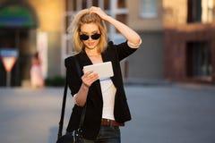 Mujer de negocios joven que usa una tableta digital Fotos de archivo libres de regalías