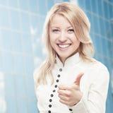 Mujer de negocios joven sonriente Imagen de archivo libre de regalías