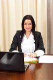 Mujer de negocios joven sonriente en oficina Imágenes de archivo libres de regalías