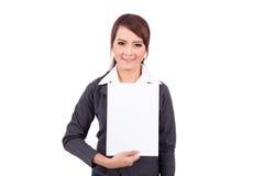Mujer de negocios joven sonriente feliz que sostiene el letrero en blanco Imagenes de archivo