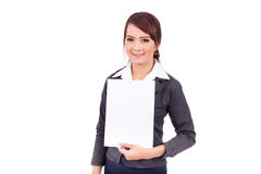 Mujer de negocios joven sonriente feliz que sostiene el letrero en blanco Imágenes de archivo libres de regalías