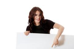 Mujer de negocios joven sonriente que sostiene el letrero en blanco Imágenes de archivo libres de regalías