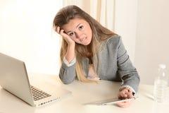 Mujer de negocios joven subrayada en el trabajo Imagen de archivo