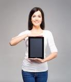 Mujer de negocios joven y atractiva que sostiene una tableta Imagenes de archivo