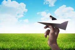 Mujer de negocios lista para lanzar con el avión de papel Fotografía de archivo