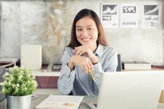 Mujer de negocios de los asiáticos de la nueva generación que usa el ordenador portátil en la oficina imagen de archivo libre de regalías