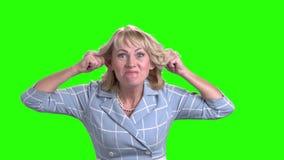 Mujer de negocios maduros atractiva que hace la mueca almacen de video