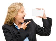 Mujer de negocios maduros que celebra señalar blanco del cartel Foto de archivo libre de regalías