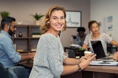 Mujer de negocios maduros usando smartphone fotos de archivo libres de regalías