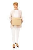 Mujer de negocios mayor de la sonrisa que sostiene la caja de cartón Imagen de archivo