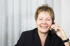 Mujer de negocios mayor en el teléfono Imágenes de archivo libres de regalías