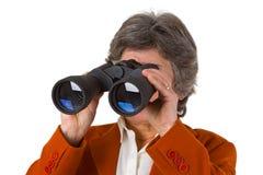 Mujer de negocios mayor femenina con los prismáticos Fotografía de archivo