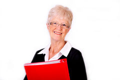 Mujer de negocios mayor que sostiene la carpeta de fichero roja Imagen de archivo libre de regalías