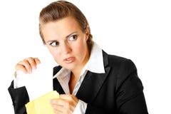 Mujer de negocios moderna astuta que envía la letra urgente Imágenes de archivo libres de regalías