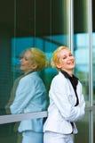 Mujer de negocios moderna de risa en el edificio de oficinas Imágenes de archivo libres de regalías