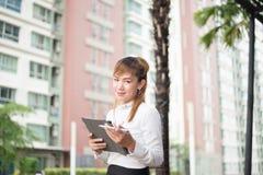 Mujer de negocios moderna elegante que trabaja en la tableta Imágenes de archivo libres de regalías