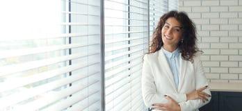 Mujer de negocios moderna en la oficina con el espacio de la copia fotografía de archivo libre de regalías
