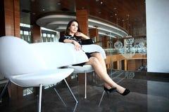Mujer de negocios moderna en la oficina con el espacio de la copia fotos de archivo libres de regalías