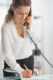 Mujer de negocios moderna en teléfono que habla de la oficina Imágenes de archivo libres de regalías