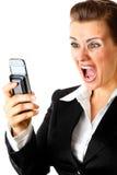 Mujer de negocios moderna enojada que grita en el teléfono Imágenes de archivo libres de regalías