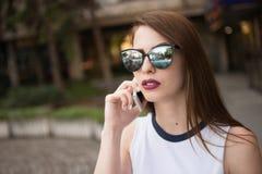 Mujer de negocios moderna que habla en el teléfono Foto de archivo libre de regalías