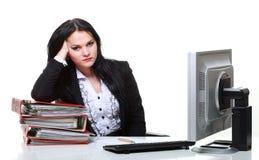 Mujer de negocios moderna que se sienta en el escritorio de oficina Imágenes de archivo libres de regalías