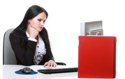 Mujer de negocios moderna que se sienta en el escritorio de oficina Foto de archivo libre de regalías