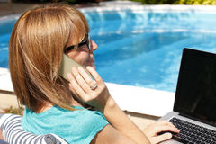 Mujer de negocios moderna que trabaja en casa Foto de archivo libre de regalías
