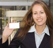 Mujer de negocios - mostrándole una tarjeta de visita Fotos de archivo