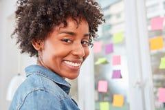 Mujer de negocios multicultural joven en taller imagenes de archivo