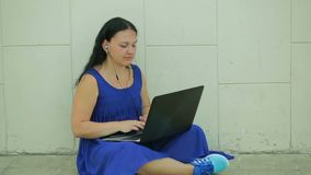 Mujer de negocios o un contable que trabaja en un ordenador portátil en su escritorio de oficina almacen de video