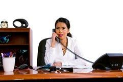 Mujer de negocios ocasional en oficina fotografía de archivo