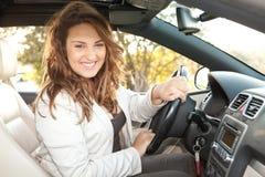 Mujer de negocios ocasional que sonríe en un coche Imagenes de archivo
