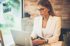 Mujer de negocios ocupada en el café imagen de archivo libre de regalías