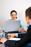 Mujer de negocios ocupada en el medio de la reunión imagen de archivo libre de regalías