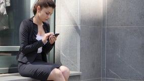 Mujer de negocios ocupada usando smartphone almacen de video
