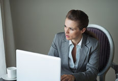 Mujer de negocios pensativa en la habitación Imágenes de archivo libres de regalías