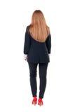 Mujer de negocios principal roja que camina Imágenes de archivo libres de regalías