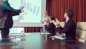 Mujer de negocios profesional positiva que muestra su presentación almacen de video