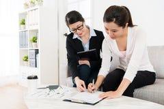 Mujer de negocios que ayuda a la casa de compra del cliente foto de archivo