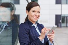Mujer de negocios que comprueba al social Imagenes de archivo