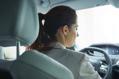 Mujer de negocios que conduce su nuevo coche Imágenes de archivo libres de regalías