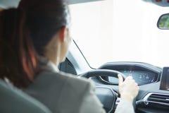 Mujer de negocios que conduce su nuevo coche Imagen de archivo libre de regalías
