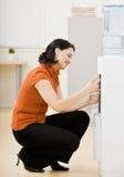 Mujer de negocios que consigue el vidrio de agua en oficina Foto de archivo