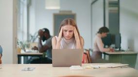 Mujer de negocios que consigue malas noticias en el ordenador portátil en oficina Funcionamiento independiente de la mujer almacen de video