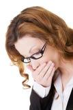Mujer de negocios que cubre su boca. fotografía de archivo libre de regalías
