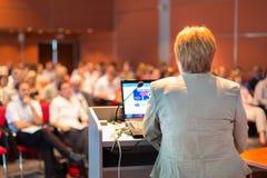 Mujer de negocios que da una conferencia en la conferencia Imagenes de archivo