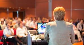Mujer de negocios que da una conferencia en la conferencia Foto de archivo