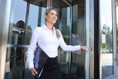 Mujer de negocios que deja el edificio Imagenes de archivo
