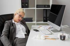 Mujer de negocios que duerme en la oficina imágenes de archivo libres de regalías